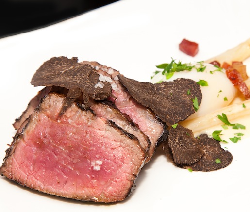 Entrecôte con Espárragos con Trufas > Sirloin Steak with White Asparagus, Black Truffles, and Egg (Spain)